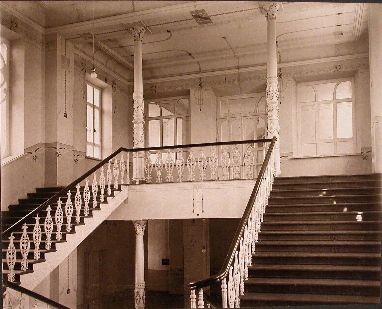 09. Вид лестницы, ведущей на 3-й этаж института