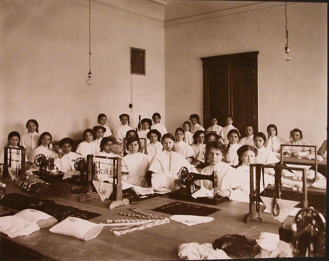 13. Воспитанницы института на уроке рукоделия в швейной мастерской