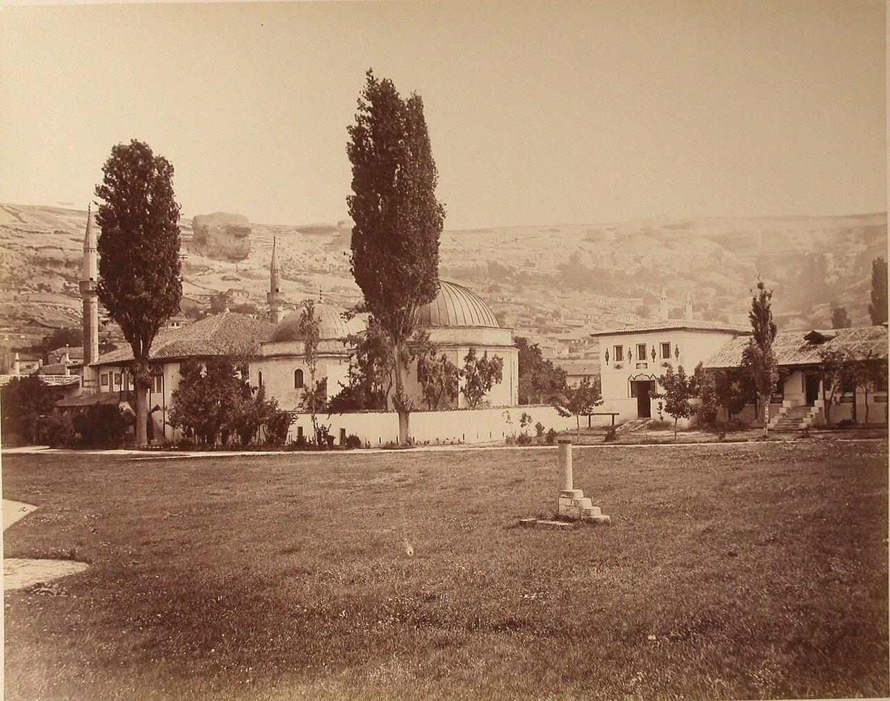 15. Вид северного и южного дюрбе (ханских гробниц) на территории ханского дворца. Бахчисарай