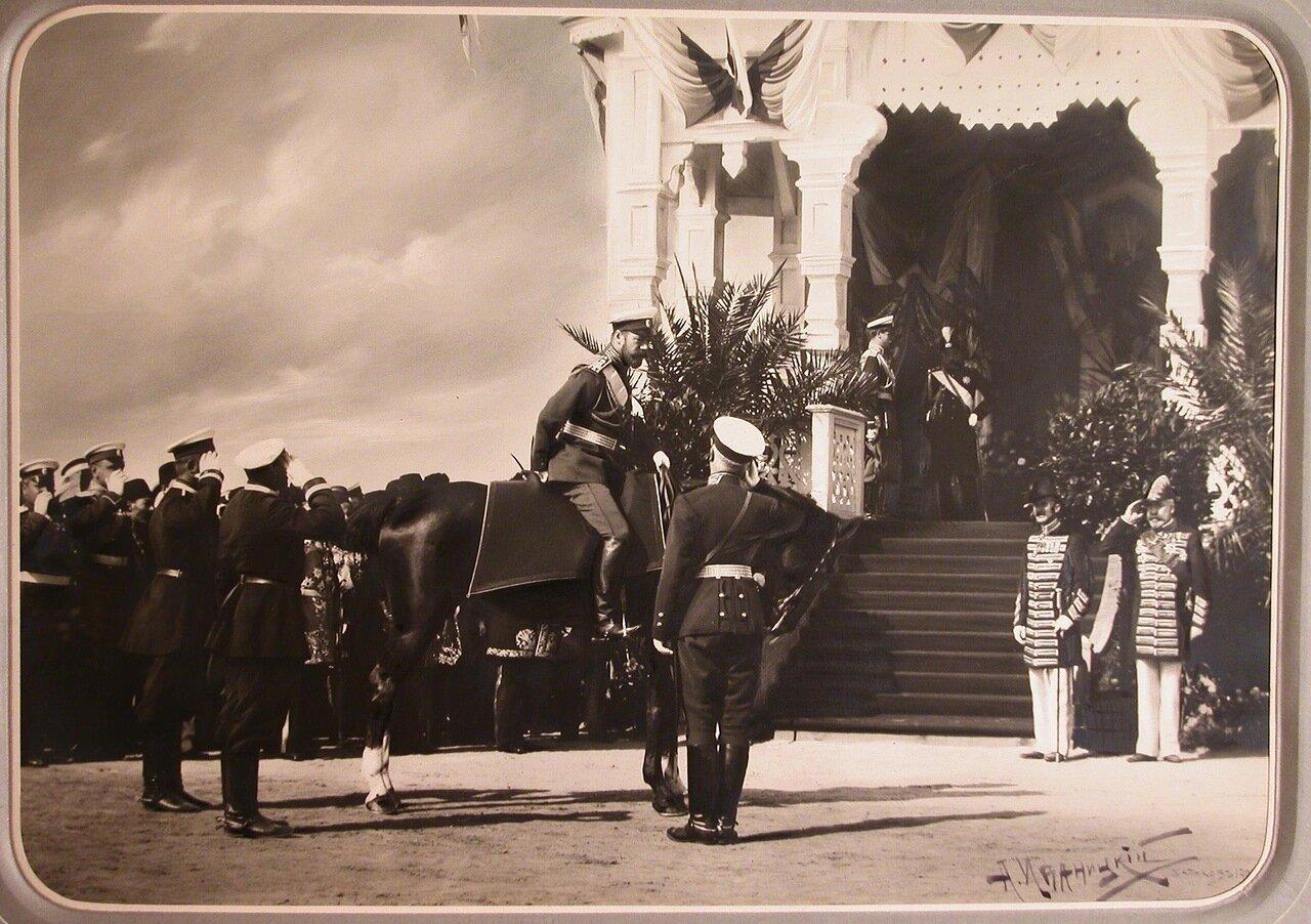 04. Офицеры приветствуют императора Николая II