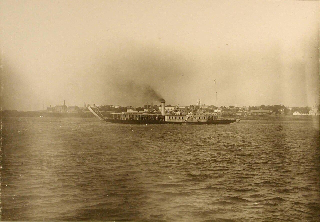 13. Пароход «Межень», на борту которого находилась императорская семья, прибывает к пристани