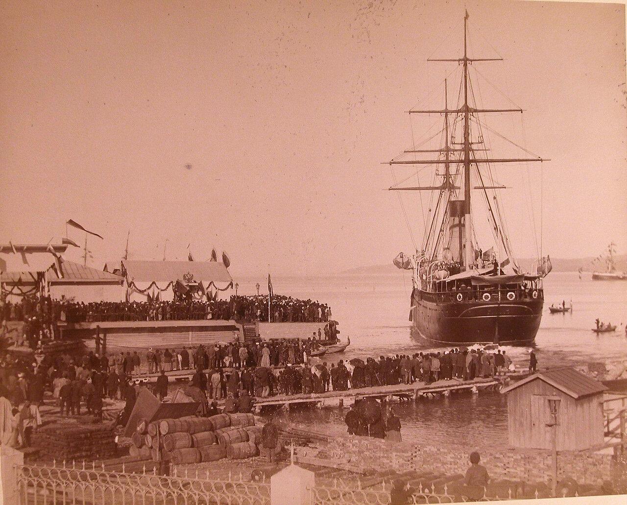 05. Местные жители на пристани встречают прибывающее судно