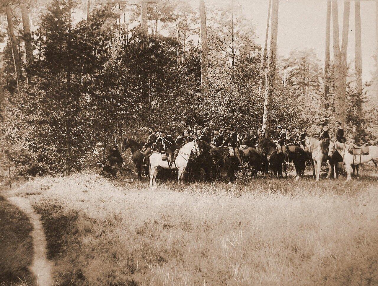 19. Юнкера на лошадях во время учений (команда: «засада»)