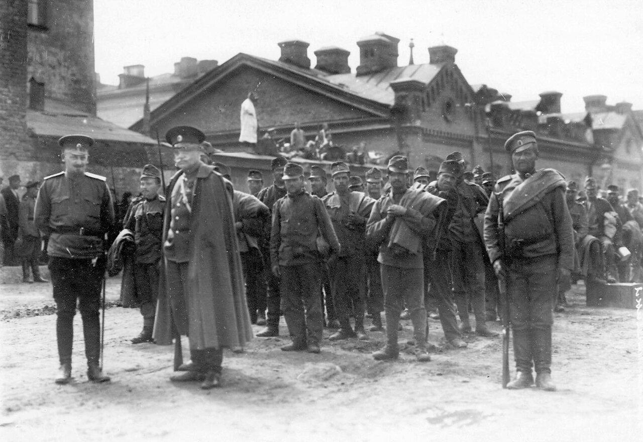 18. Группа военнопленных под конвоем на Калашниковской набережной