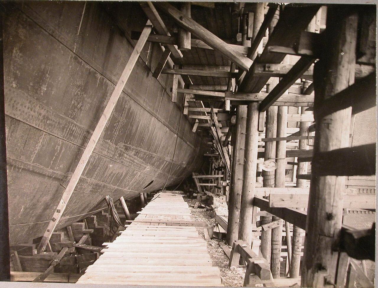 18. Вид части наружной обшивки строящегося линейного корабля «Полтава» и приготовленный спусковой полоз. 6 мая 1911 г.