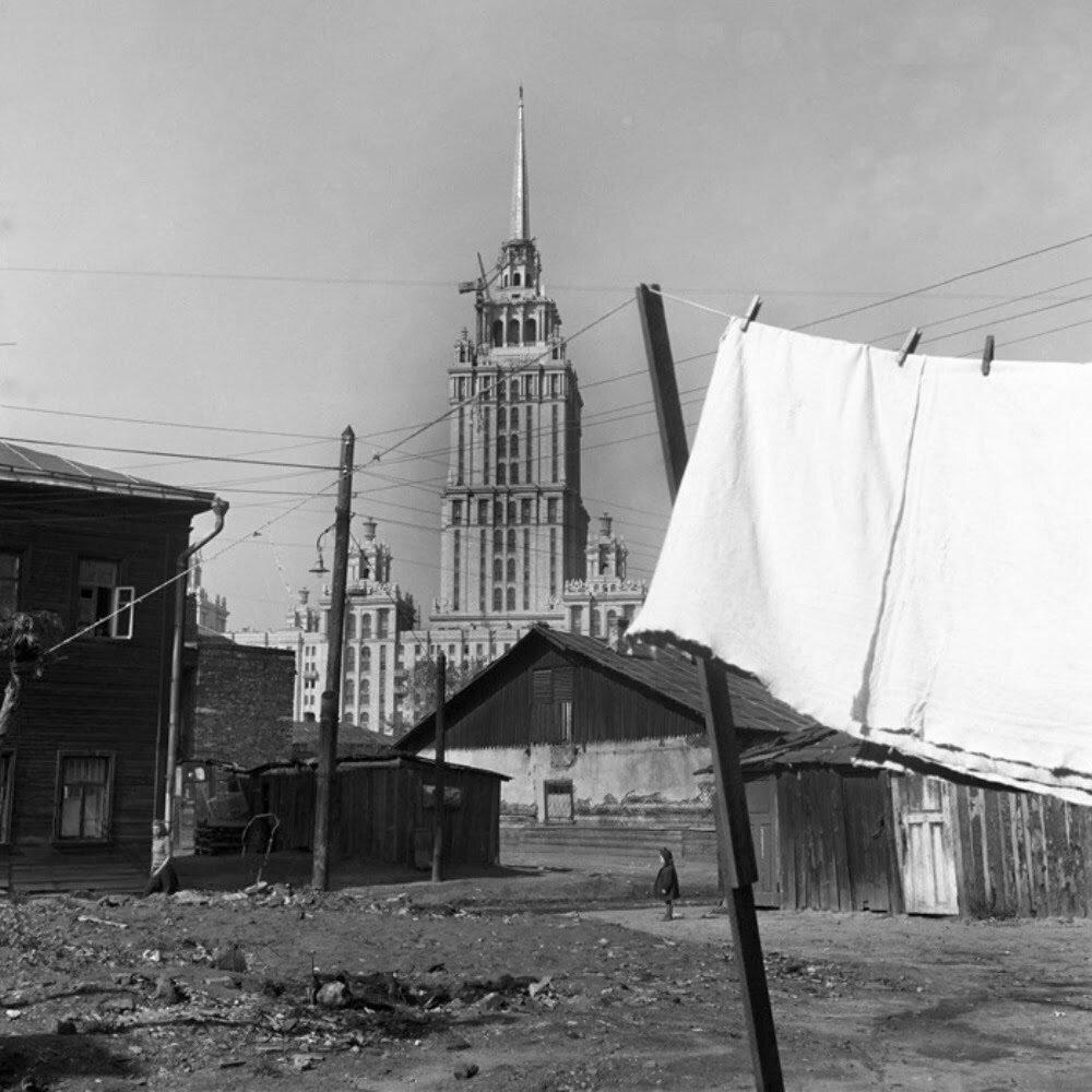 Москва. На заднем дворе