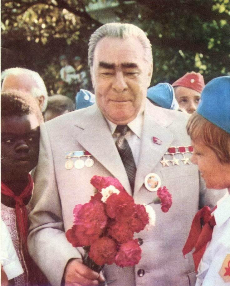 1979. Л.И.Брежнев среди артековцев