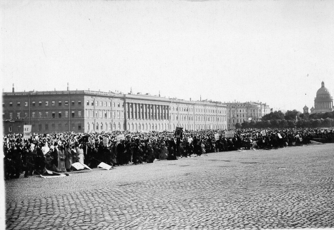 07. Дворцовая площадь, заполненная народом, во время чтения манифеста об объявлении войны