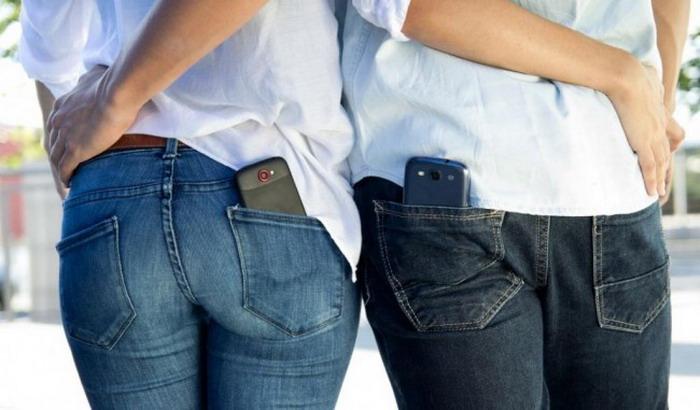 Не носите сотовые телефоны в заднем кармане (2 фото)