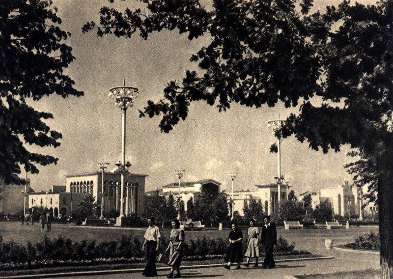 ВСХВ 1957 - Площадь Колхозов и павильон Грузинской ССР.jpg