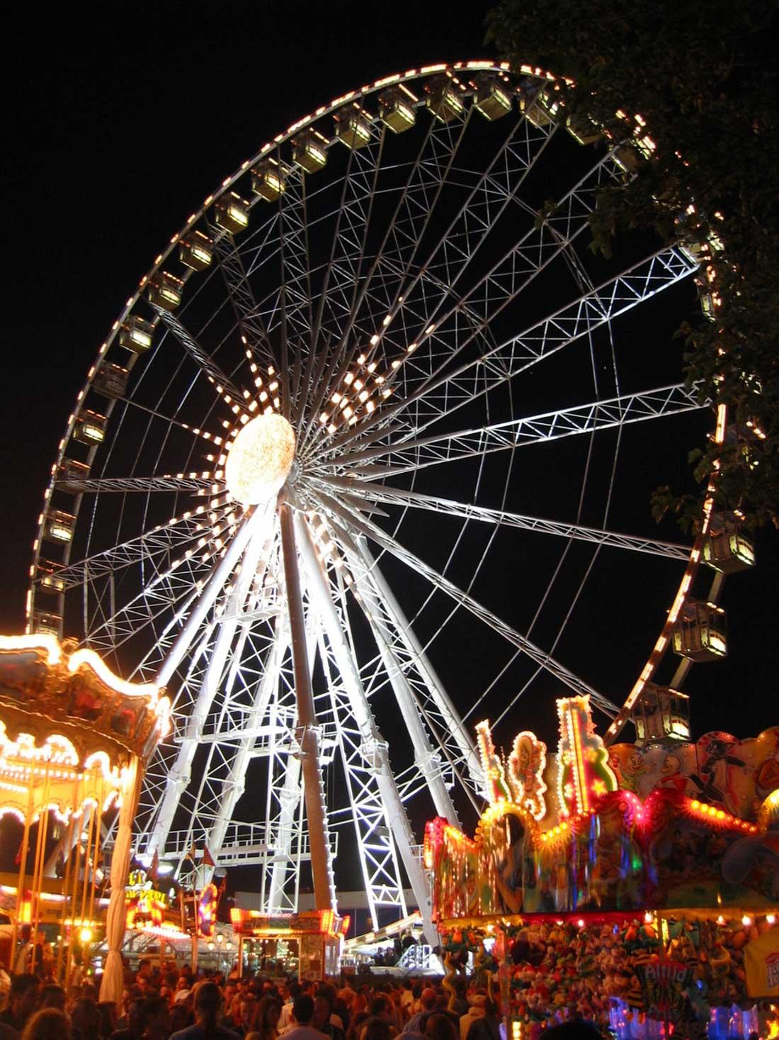 Колесо обозрения (Париж) — одно из самых больших мобильных колес обозрения (60метров). Было см