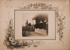Императрица Александра Федоровна (в царской палатке, в центре), великие княгини, высшие офицерские чины на Царицыном лугу во время смотра кавалерийских частей..