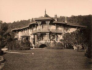 Вид части фасада Малого дворца (Дворца наследника; архитектор И.А.Монигетти, 1862-1866 гг.)