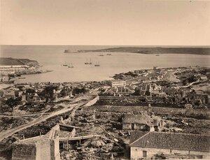 Панорама прибрежной части города у Карантинной бухты (часть акватории Севастопольской бухты к западу от южного входного мола).