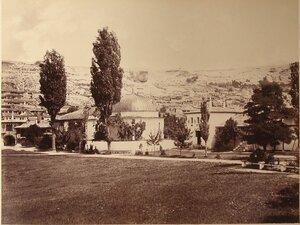 Вид северного и южного дюрбе (ханских гробниц) на территории ханского дворца; слева - Северные въездные ворота с надвратной башней. Бахчисарай.