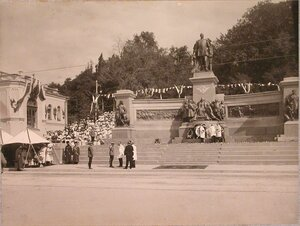 Император Николай II и члены Городской думы у памятника императору Александру II.