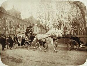 Горожане приветствуют императора Николая II,проезжающего в экипаже (слева).