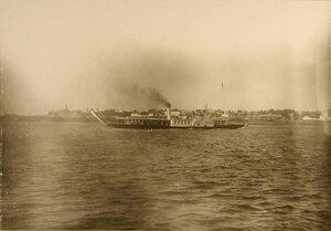 Пароход Межень, на борту которого находилась императорская семья, прибывает к пристани