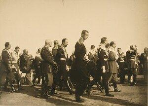 Группа высших офицерских чинов направляется в Успенский собор; крайний слева - великий князь Петр Николаевич; справа на переднем плане: 1-й - великий князь Борис Владимирович; 2-й - великий князь Кирилл Владимирович; 4-й - [великий князь Александр