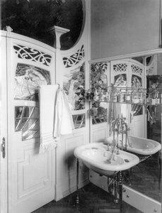 Часть ванной комнаты в особняке купца А.Л.Франка. (Васильевский остров, 21 линия, 8-а).