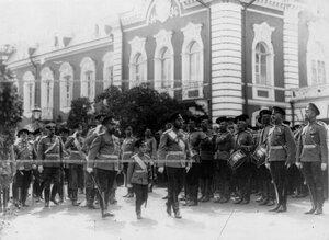 Император Николай II и цесаревич Алексей в сопровождении свиты обходят подразделения лейб-гвардии Егерского полка; справа от цесаревича  командир полка А.П.Буковской.