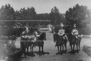 Кирасиры в исторических формах XIX в. времен Петра I и Екатерины II в день 200-летнего юбилея полка.