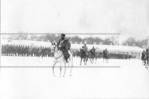 Император Николай II с группой офицеров объезжает полк на плацу перед Екатерининским дворцом.