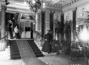 Швейцар в вестибюле бани Егорова (Казачий пер., 11).