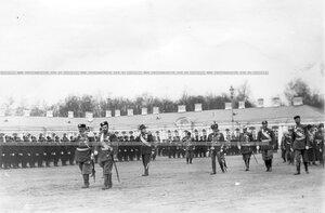 Император Николай II с группой обходит войска, выстроившиеся для парада.