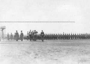 Колонны юнкеров-выпускников проходят церемониальным маршем мимо императора Николая II и свиты.