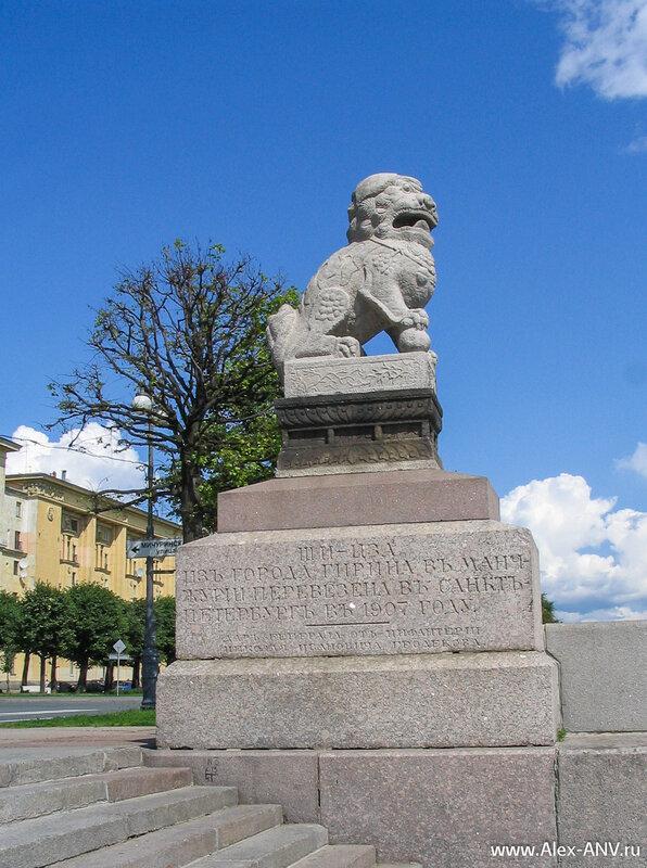 Скульптуры Ши-Цза, установленные на Петровской набережной