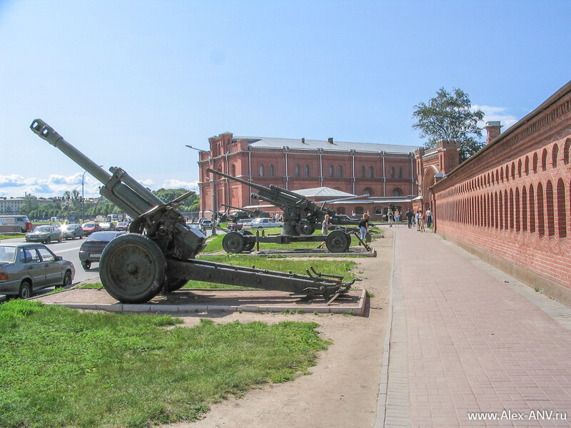 В здании Арсенала теперь располагается Военно-исторический музей артиллерии инженерных войск и войск связи