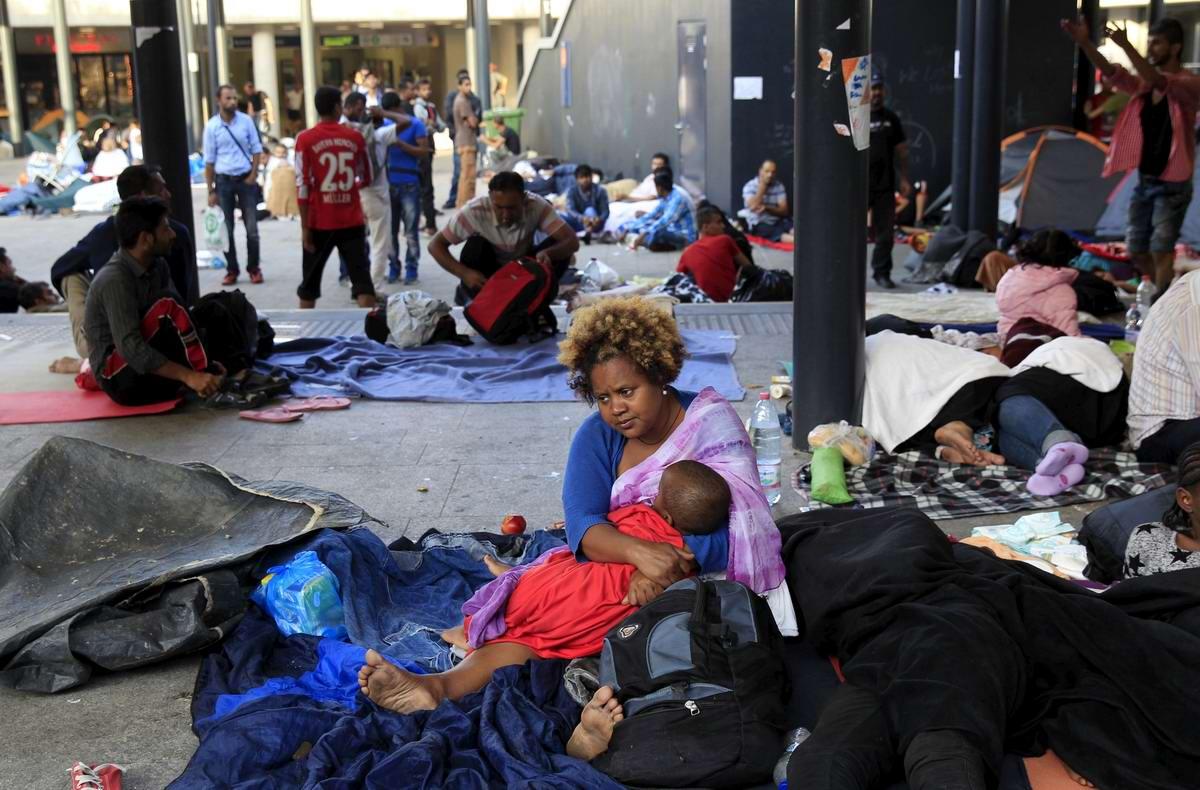 Штурм Будапешта: Мигранты с Ближнего Востока на ж/д вокзал венгерской столицы (5)