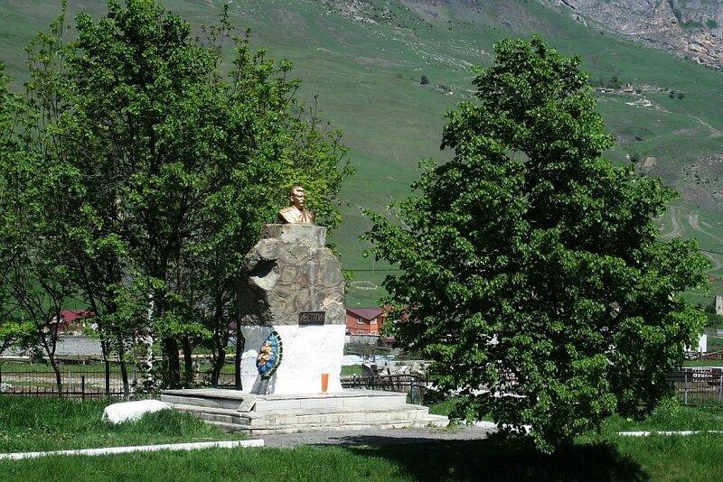 Памятник И.В.Сталину рядом с памятником воинам-куртатинцам.(Resize of IMG_2879.JPG)