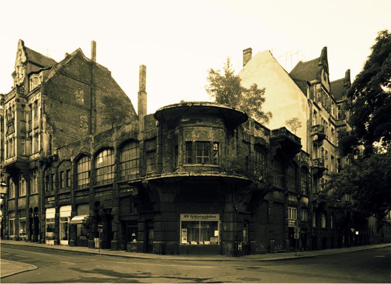 !KOPP LE-1-1 Das Eckhaus in der GroЯen Fleischergasse, Ecke BarfuЯgдЯchen in Leipzig, aufgenommen am 26. Juli 1990.
