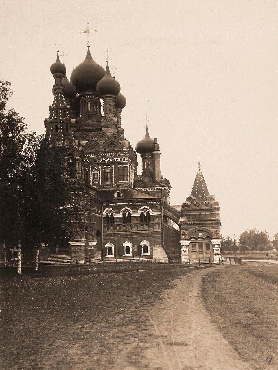 Вид на храм Живоначальной Троицы в усадьбе Шереметевых (вид сбоку)