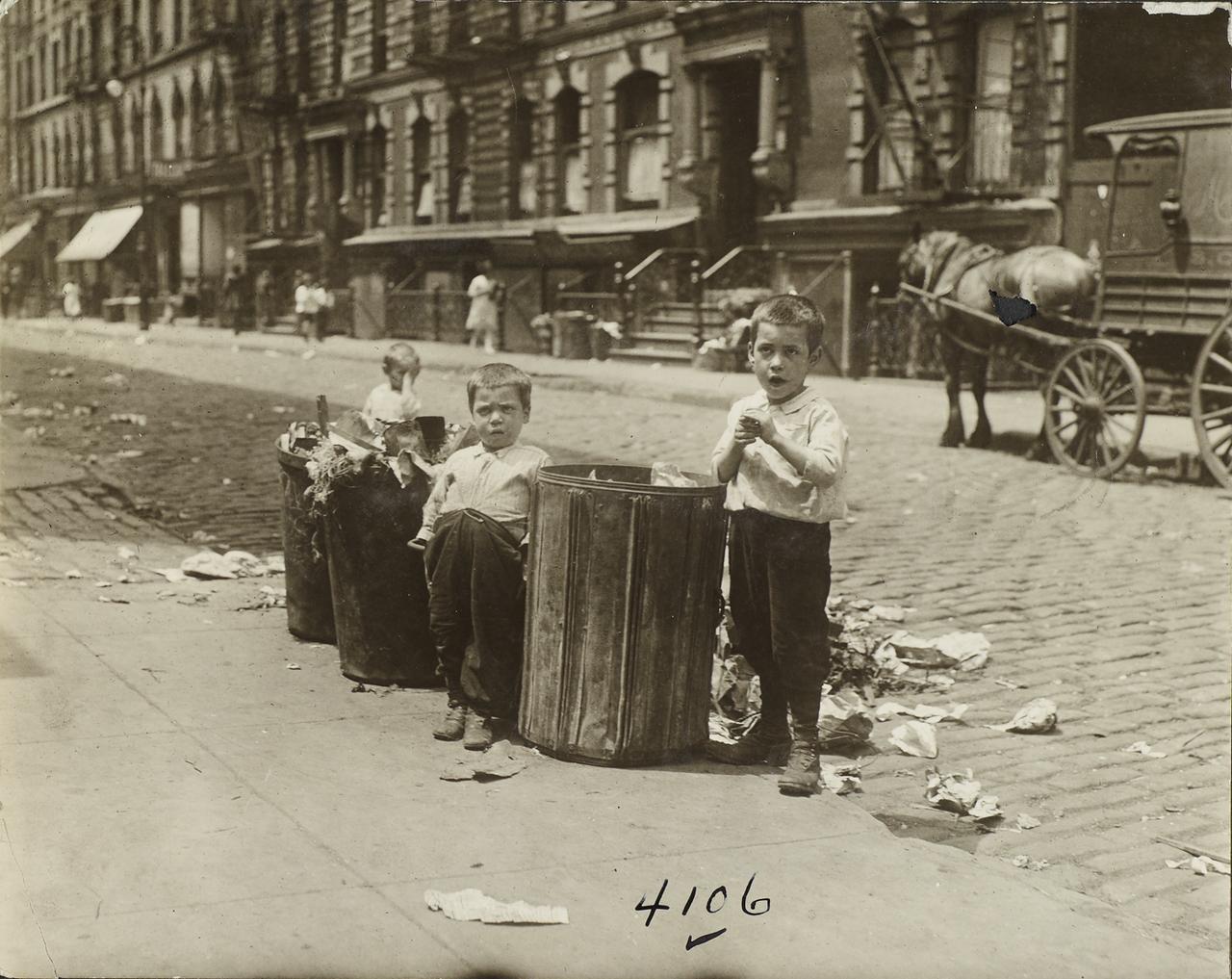 Дети у мусорных баков