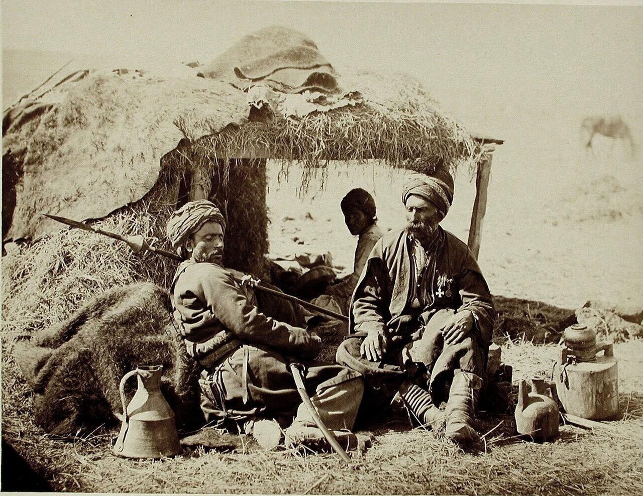 Группа местных жителей-курдов во время остановки в пути