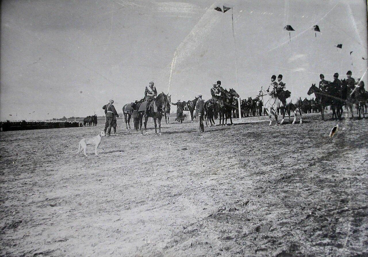 Офицеры встречают прибывшего в военный лагерь императора Николая II. 26 июля 1900