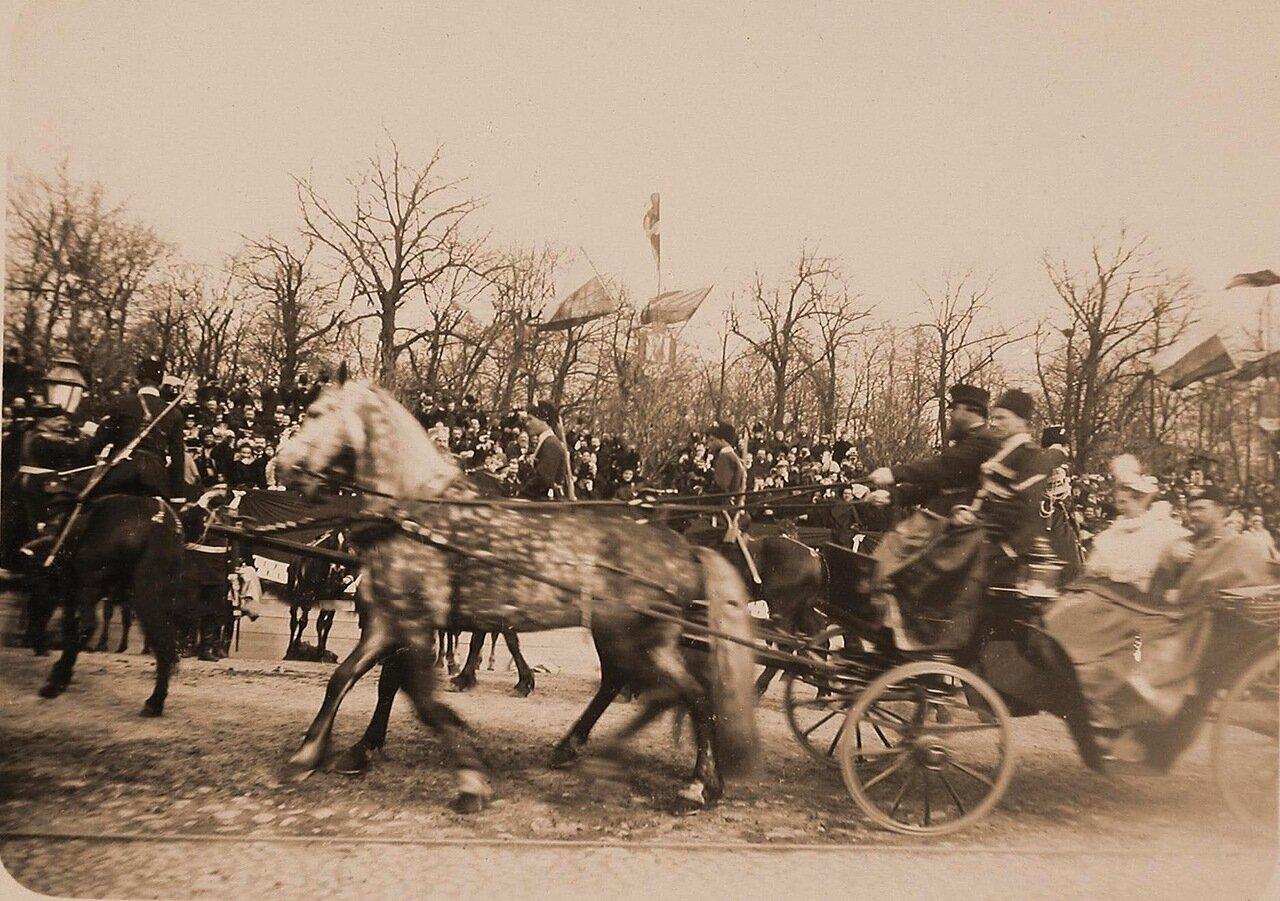 09. Император Николай II и императрица Александра Федоровна в экипаже после окончания смотра кавалерийских полков на Царицыном лугу