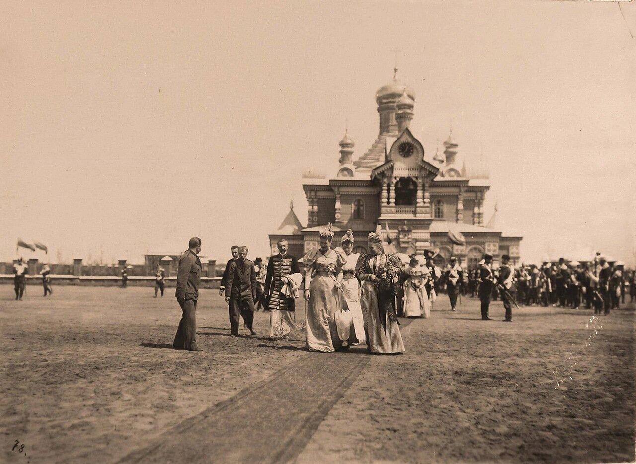 Высшие офицерские чины у входа в церковь Св.Сергия Радонежского на Ходынском поле в день проведения парада.