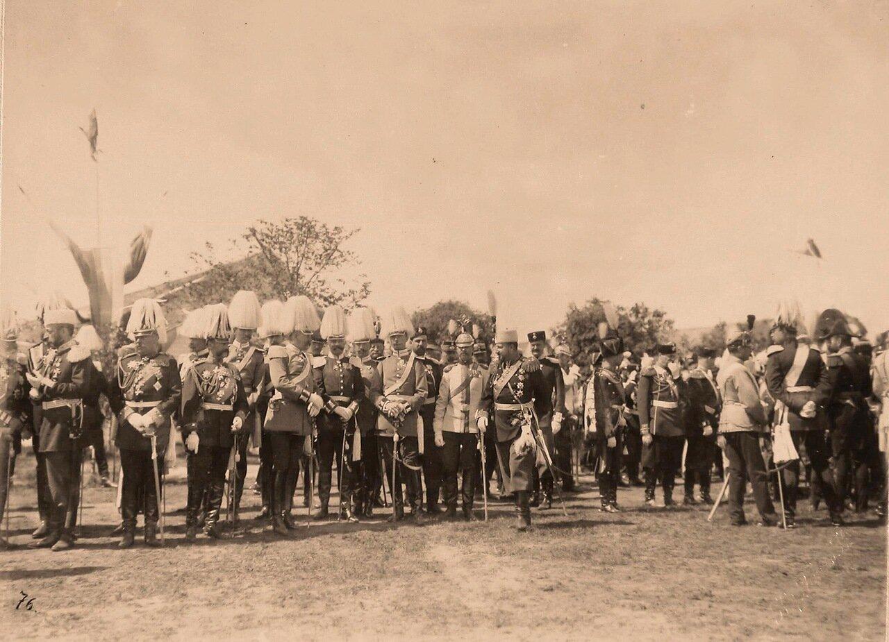 Группа представителей иностранных военных делегаций, приглашенных на торжества коронации, перед началом парада на Ходынском поле