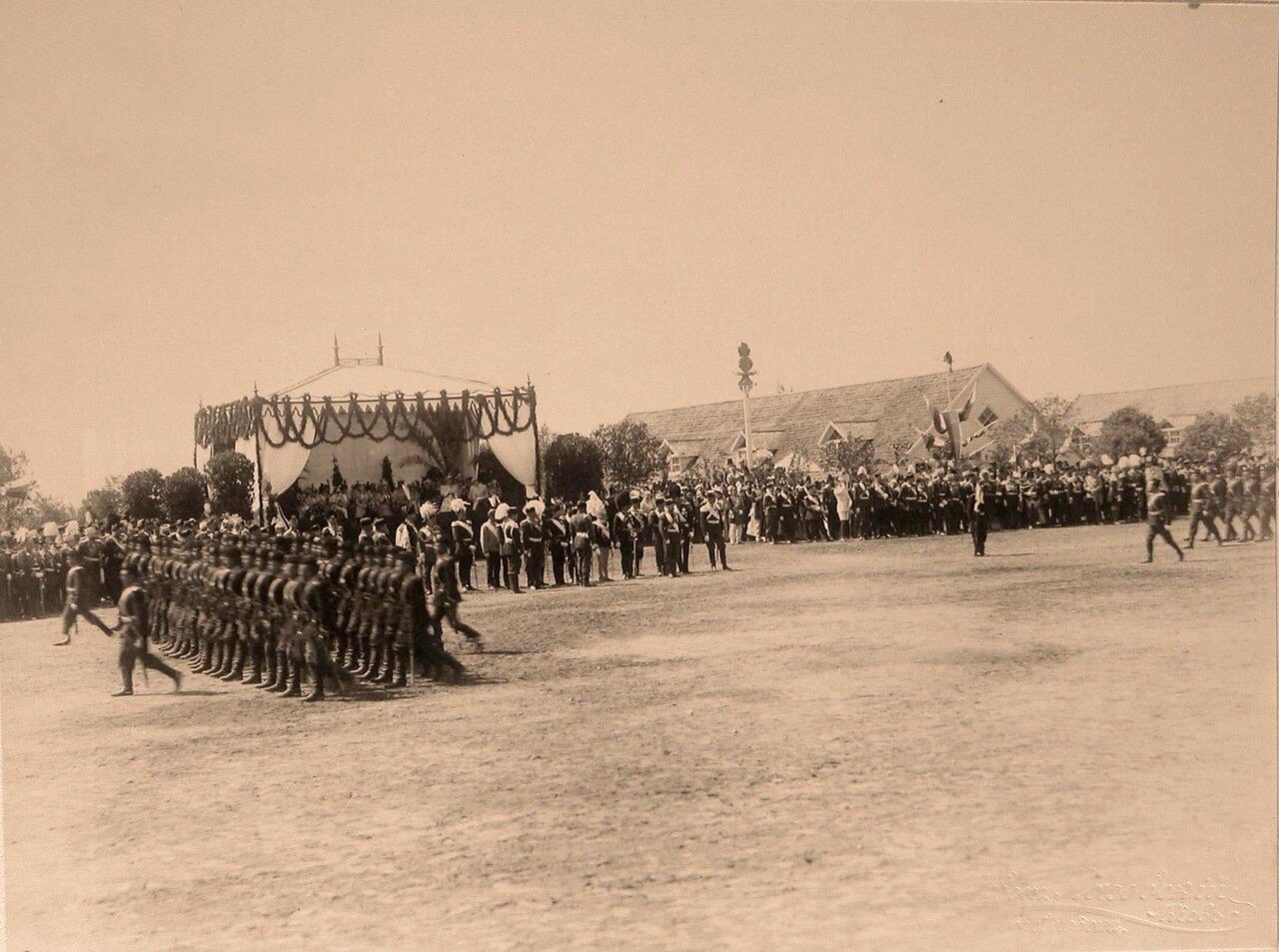 Император Николай II в группе глав иностранных делегаций, приглашённых на торжества коронации, принимает парад войск на Ходынском поле