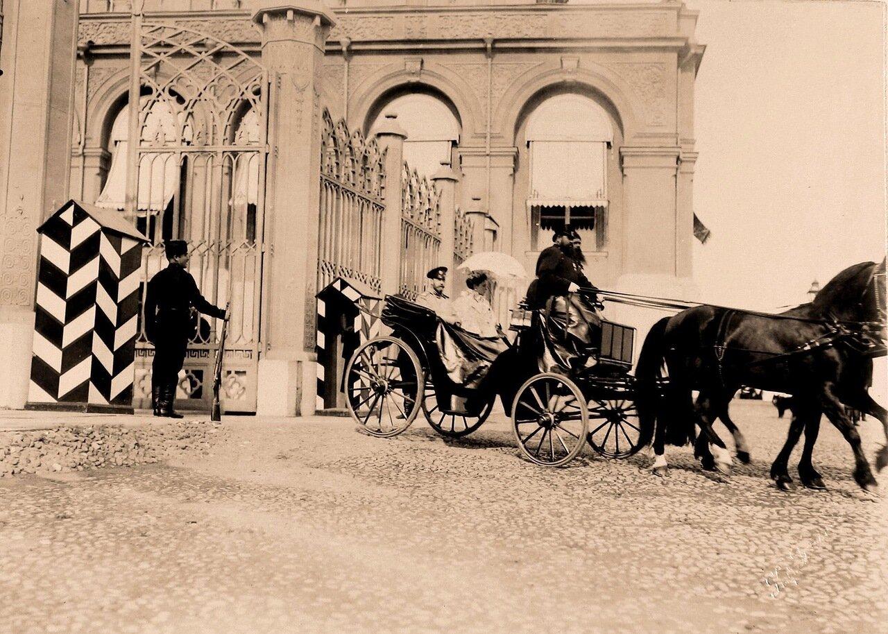 Император Николай II и императрица Александра Фёдоровна в экипаже у Большого Кремлёвского дворца в дни коронационных торжеств.