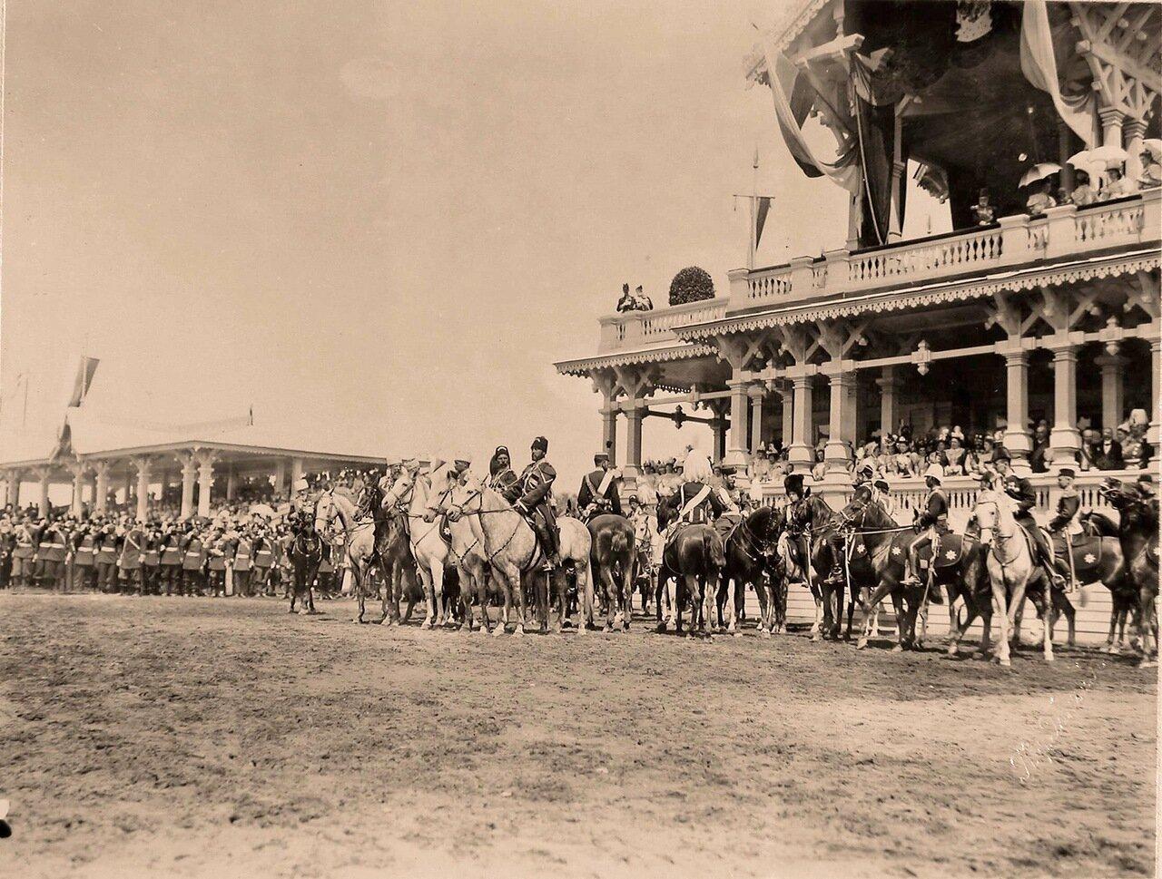 Представители иностранных делегаций, приглашённых на торжества коронации, у императорского павильона на Ходынском поле перед началом парада в дни празднования коронационных торжеств