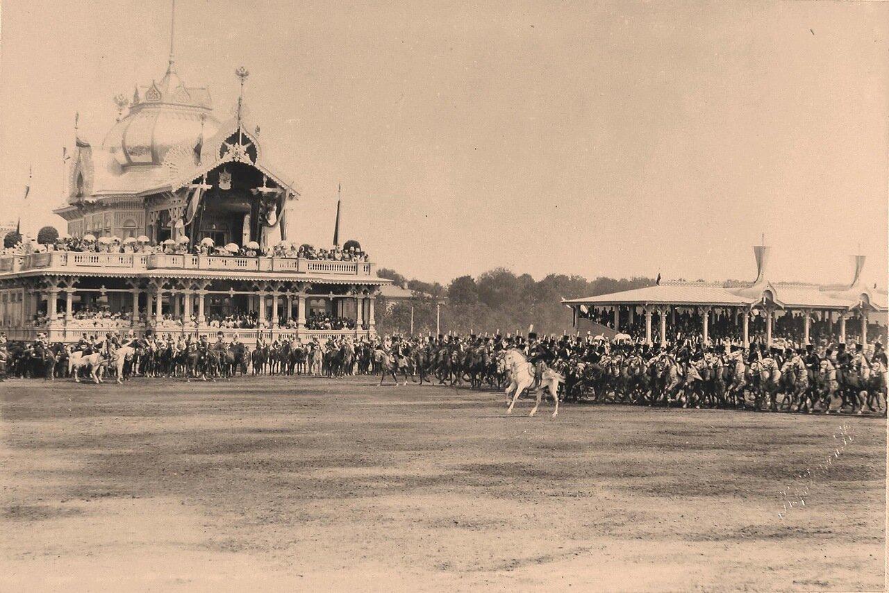 Прохождение гусарского полка церемониальным маршем во время парада на Ходынском поле; слева - императорский павильон, справа - гостевые трибуны для лиц дипломатического корпуса