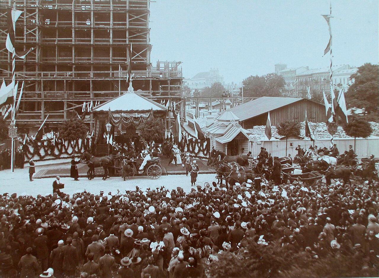 07. Горожане на площади в момент отбытия императора Николая II и императрицы Александры Федоровны после осмотра строящегося собора