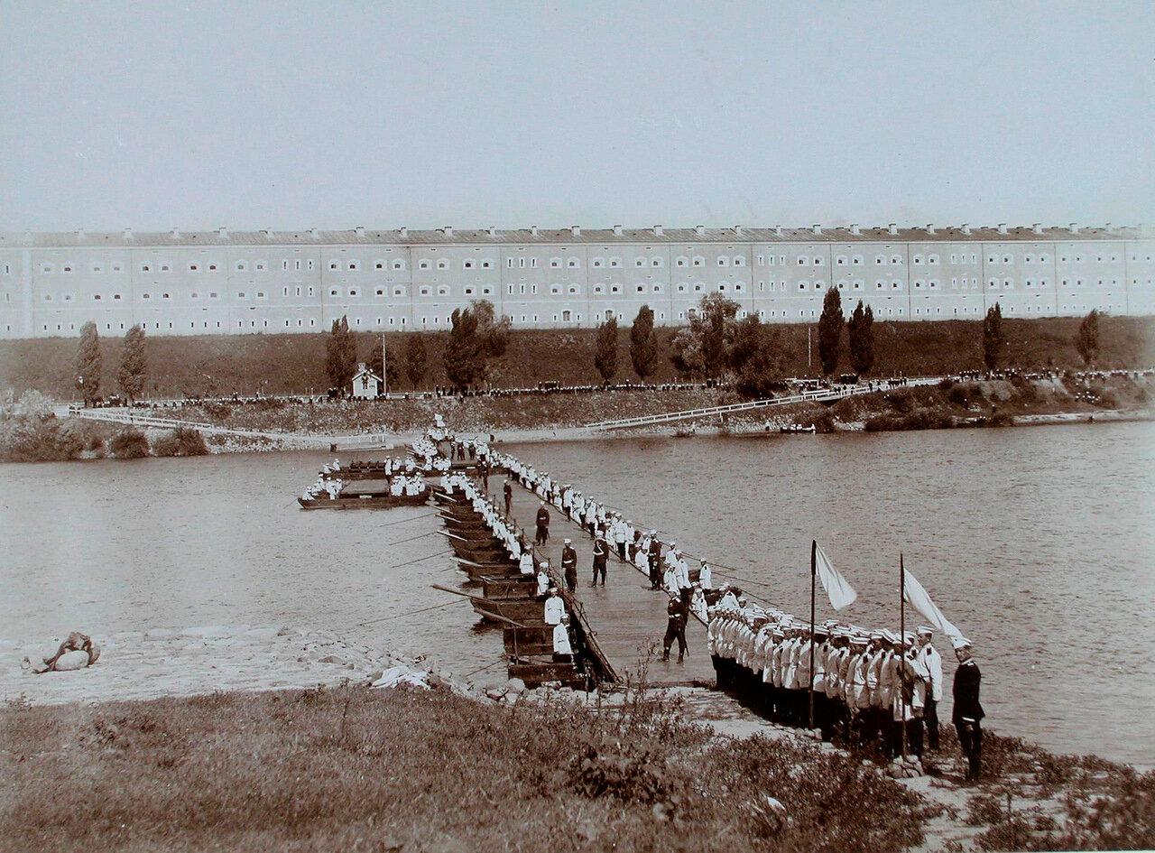 23. Военные у понтонного моста через реку Нарев