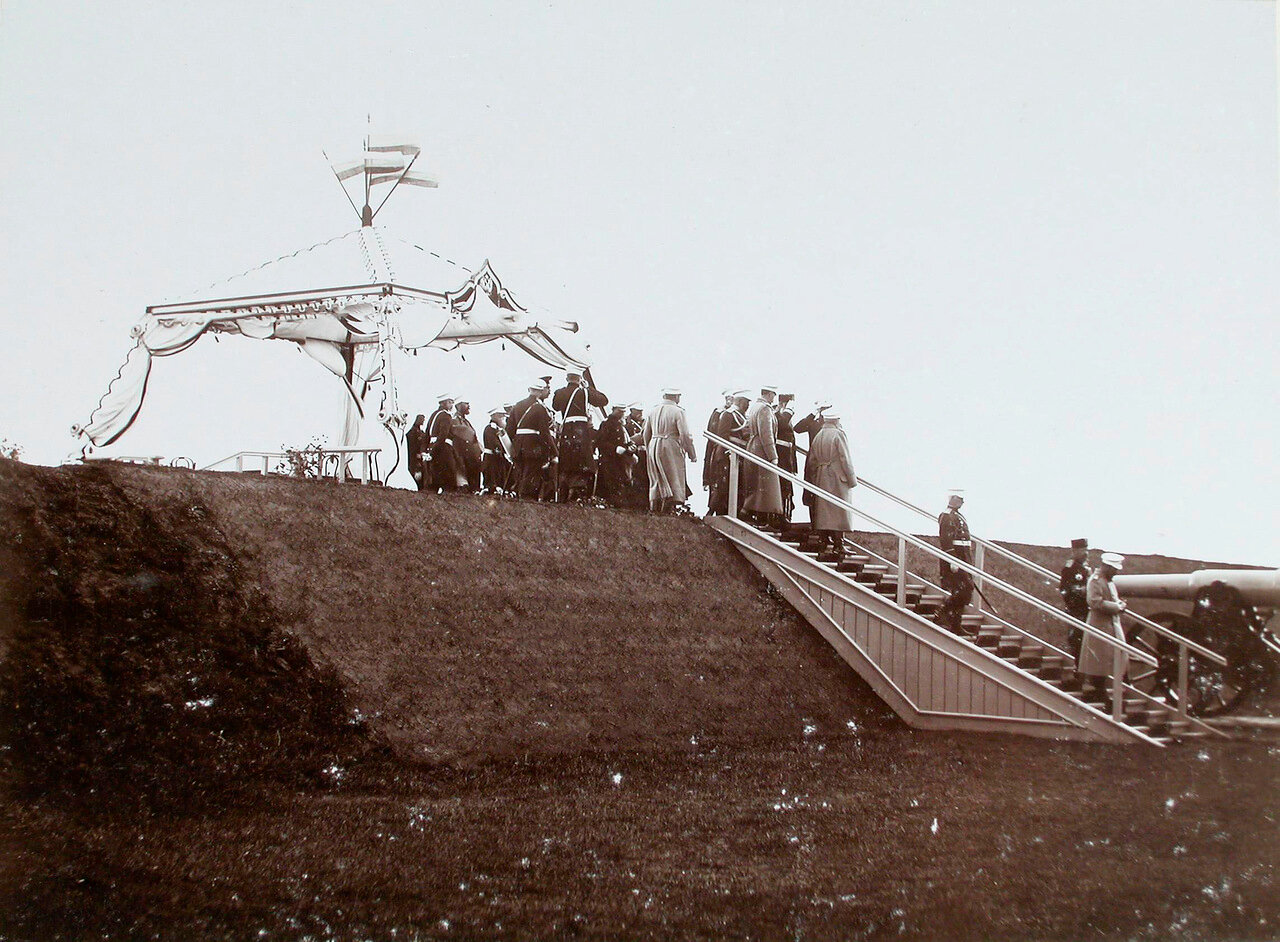 32. Император Николая II и сопровождающие его военные чины у царской палатки на Заречном форту