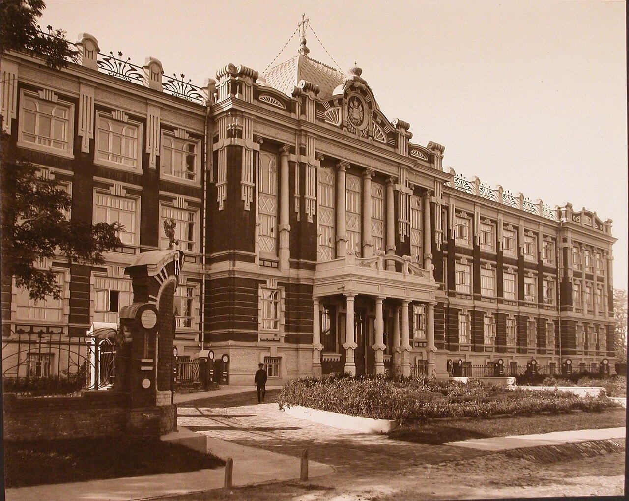 01. Вид части фасада здания института